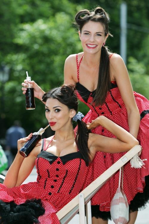 Coca_cola_125th_anniv_models_max3