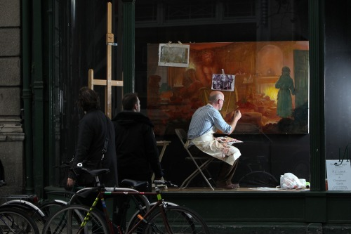 Artist_paints_in_famous_dublin_window_mx_-3