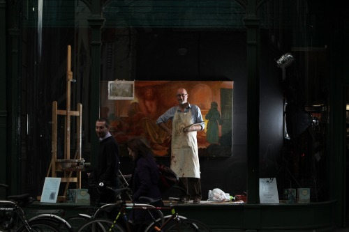 Artist_paints_in_famous_dublin_window_mx_-8